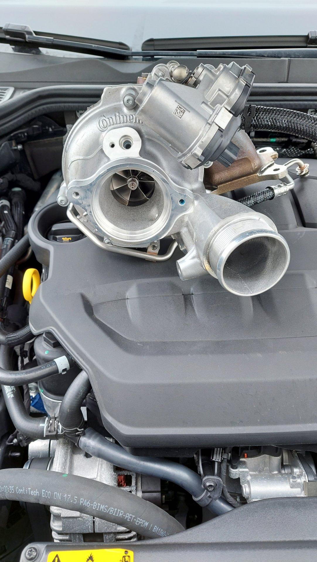 8R Lader auf Golf 8 GTI Motorabdeckung zum Vergleich.jpg